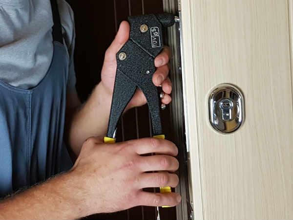 как починить двери своими руками