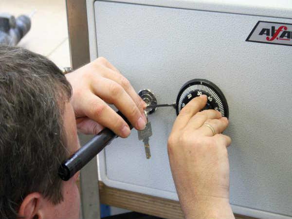 как самому открыть сейф
