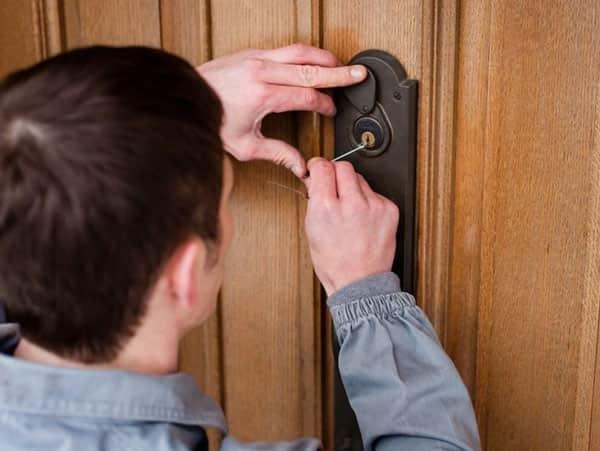 человек вскрывает дверь