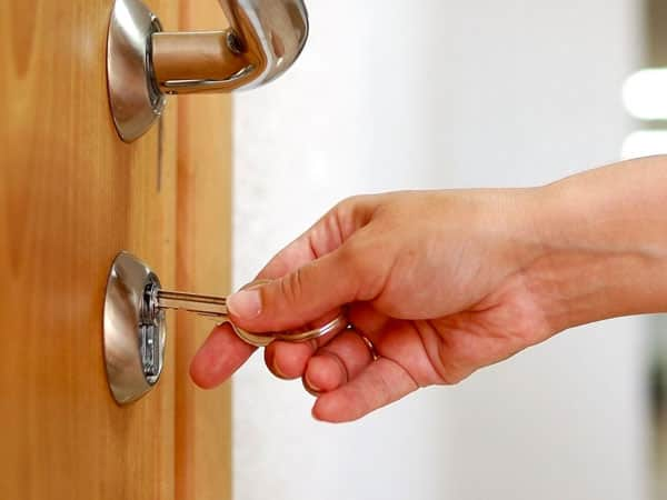 замочная скважина и ключ