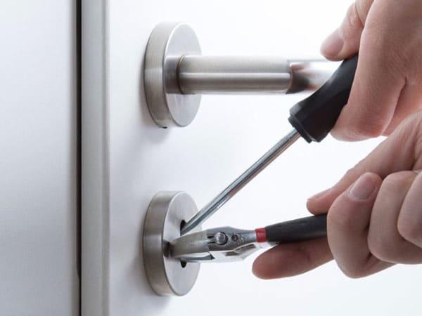 вскрытие двери подручными инструментами
