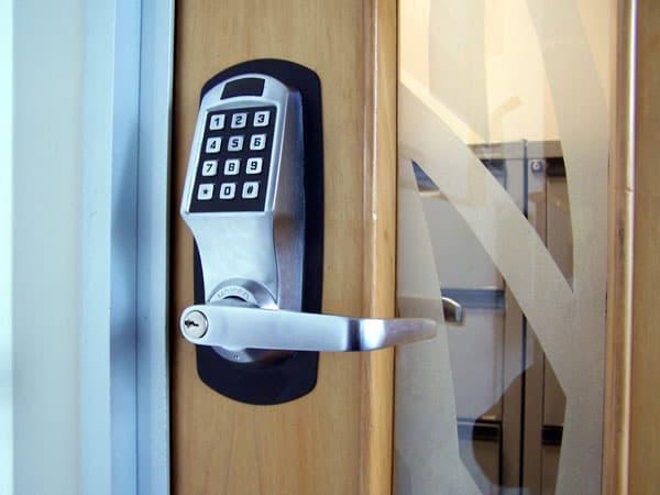 электронный дверной механизм
