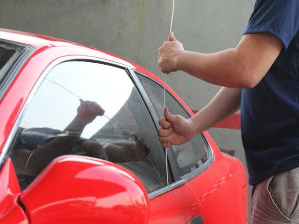 как открыть машину, если села АКБ
