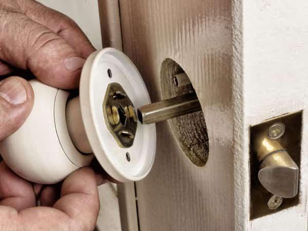 изъятие рукоятки из двери