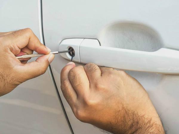 как вскрыть дверь водителя