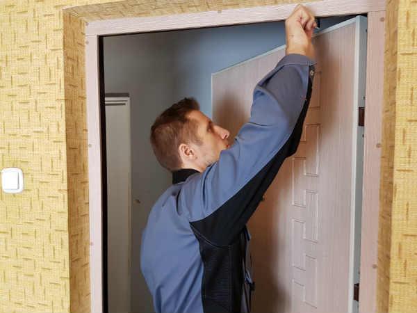 мастер чинит двери