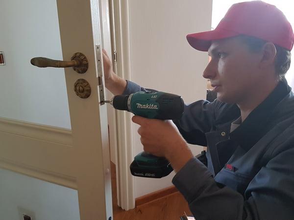 Монтаж дверного замка профессионалом