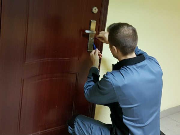 как открыть двери
