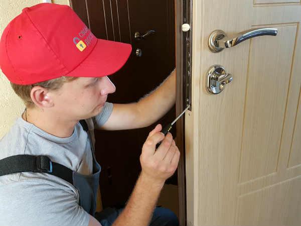 услуги по врезке замка в дверь