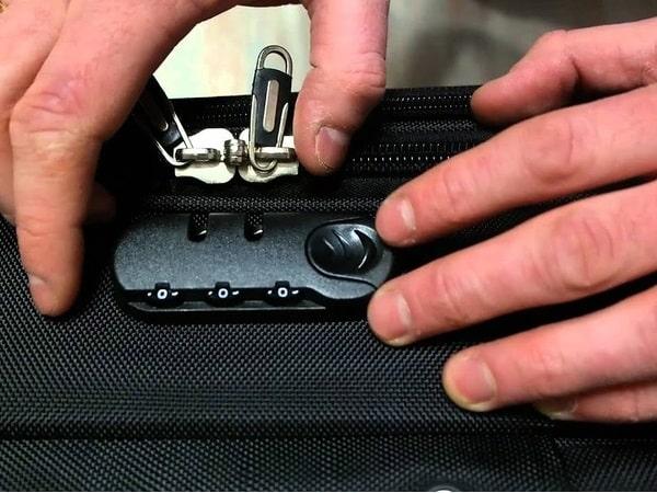 Открытие замка на чемодане